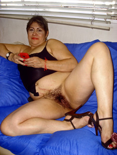 Plump mature woman shows her hairy..