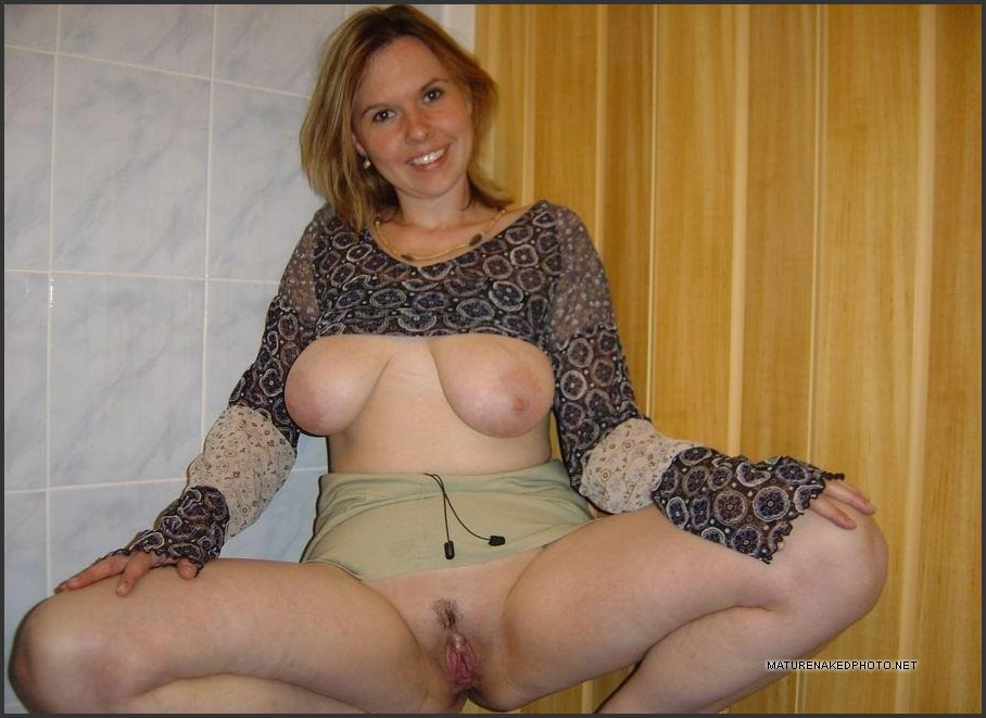 Mature Housewife Big Tits - Big boobs mature housewives take nude pictures. Photo #4